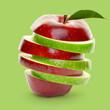 Grüner und roter Apfel gestapelt in Scheiben