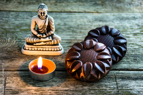 Fotografía  natural chocolate mandala handmade near the Buddha statues