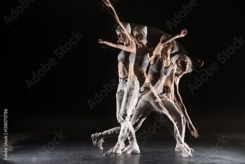Photo woman in sports clothing dancing on black