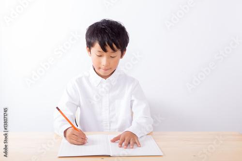 Fotografie, Obraz  勉強をする少年