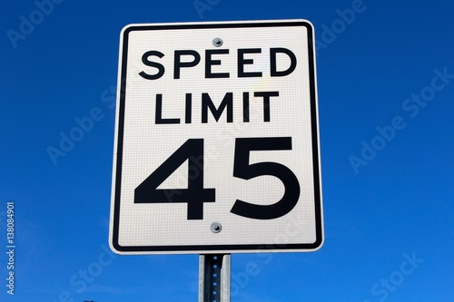 Fotografía  The speed limit sign with the blue sky as the background.