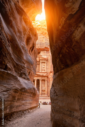 The temple-mausoleum of Al Khazneh in the ancient city of Petra in Jordan Canvas-taulu