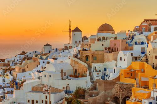 Obraz Piękny zachód słońca w Oia, Santorini wyspa, Grecja - fototapety do salonu
