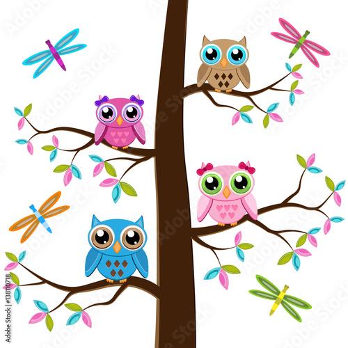 kolorowe-sowy-na-drzewie