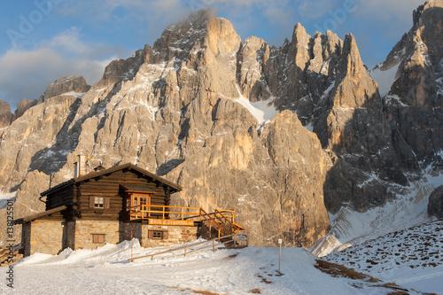 Fotografie, Obraz  Schronisko Baita Segantini przed masywem Pale di San Martino di Castrozza, Dolom