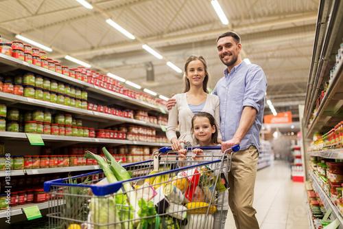 Plakat rodzina z jedzeniem w koszyku w sklepie spożywczym