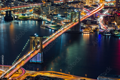 widok-z-lotu-ptaka-na-brooklyn-bridge-noca-w-nowym-jorku-miasto-pelne-swiatel