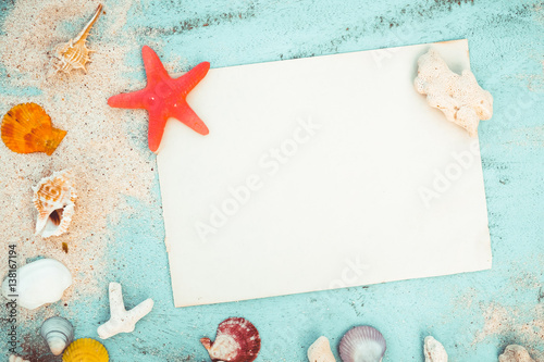 Stampa su Tela  Summer background - Blank old paper with starfish, shells, coral on wood table background