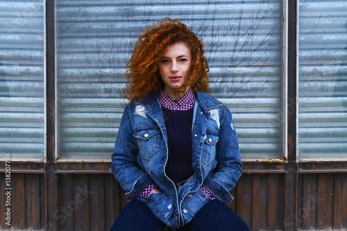 Retrato de chica adolescente pelirroja con estilo urbano