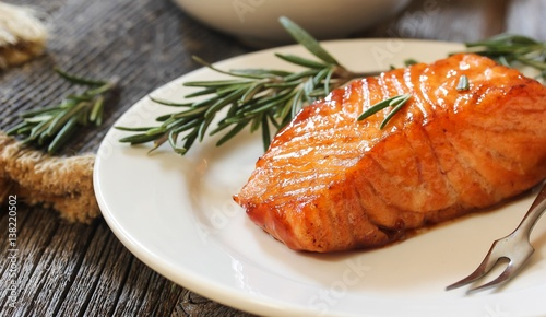 Fotografia Pan fried salmon with Rosemary garnish, selective focus