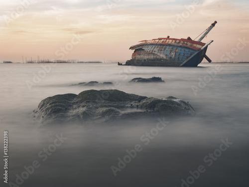 Poster Gris Sunken ship in Thailand sea