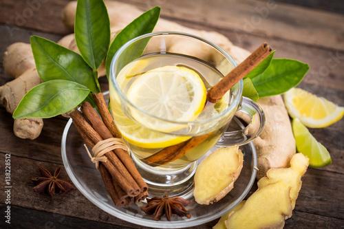herbata-imbirowa-z-cytryna-i-mieta-w-przejrzystej-filizance