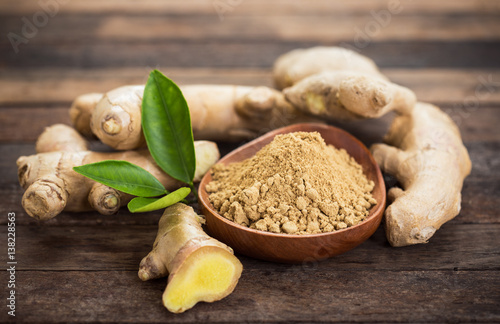 Cadres-photo bureau Graine, aromate Ginger root and ginger powder in the bowl