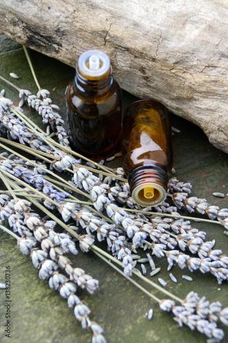 Poster Lavendel huiles essentielles bio,de lavande en flacon sur fond bois