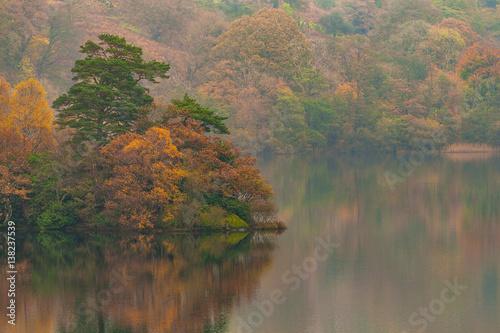 Fotografia Autumn at Rydal Water (lake) in Lake District, Cumbria, UK.