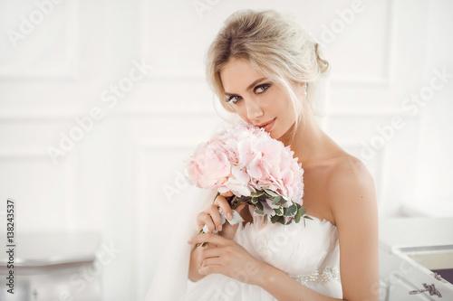 Gourgeous bride studio interior photo Fototapeta