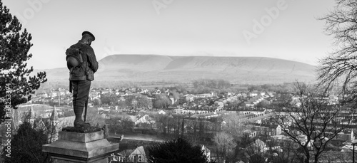 War memorial at Clitheroe Castle looking out to Pendle Hill фототапет