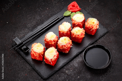 osiem-grilowanych-sushi-rollsow-z-wassabi-i-imbirem-ulozonym-w-ksztalt-kwiatu-rozy