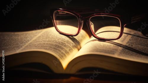 Fotografía  Bible and Reading Glasses
