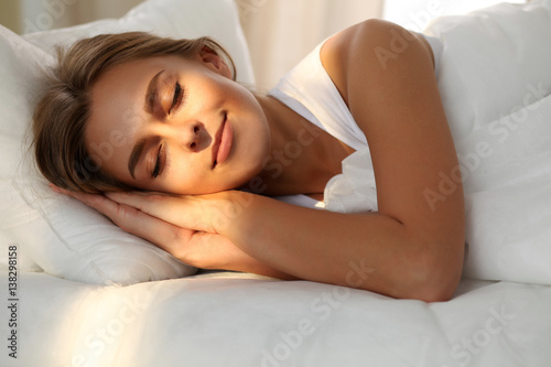 Photo Beautiful young woman sleeping while lying in bed comfortably and blissfully