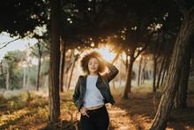 Chica Paseando Por El Bosque Feliz Y Con El Atardecer Detrás