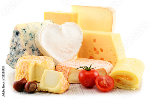 Plakat Różni rodzaje ser odizolowywający na białym tle