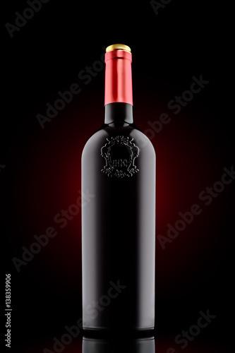 czerwone-wino-butelka-z-emboss-przy-czarnym-tlem
