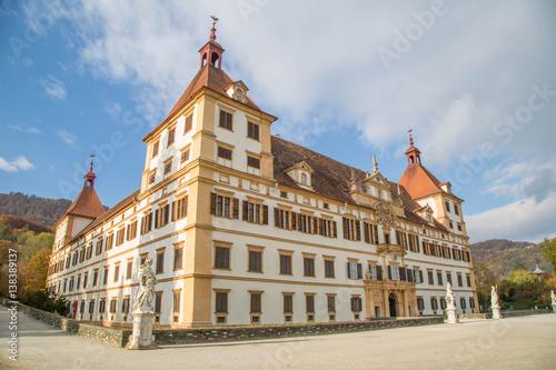 Foto auf Leinwand Schloss Schloss Eggenberg, Graz, an einem wunderschönen Herbsttag