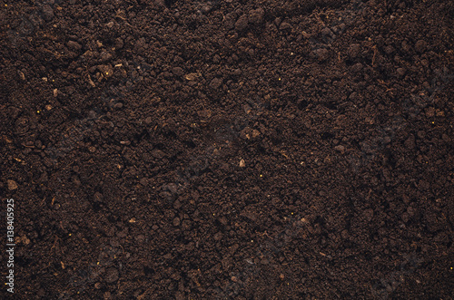 Foto Fertile soil texture background seen from above, top view