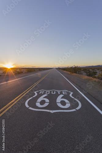 Papiers peints Route 66 Route 66 Pavement Sign Desert Sunset