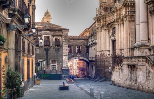 Carta da parati View of Via dei Crociferi and San Benedetto Arch