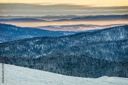 Obraz Bieszczady w zimie, piękny wschód słońca - fototapety do salonu
