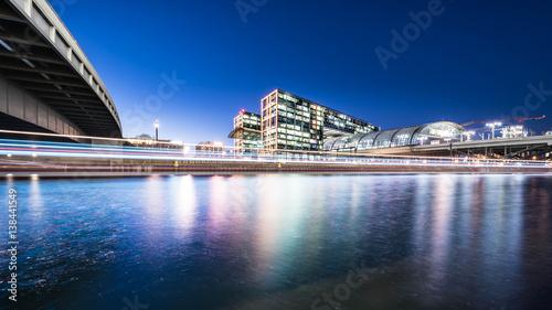 berlin-hauptbahnhof-glowny-dworzec-kolejowy-widoczny-z-brzegu-rzeki-noca