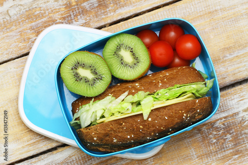 In de dag Assortiment Healthy packed lunch containing brown cheese sandwich, cherry tomatoes, kiwi fruit