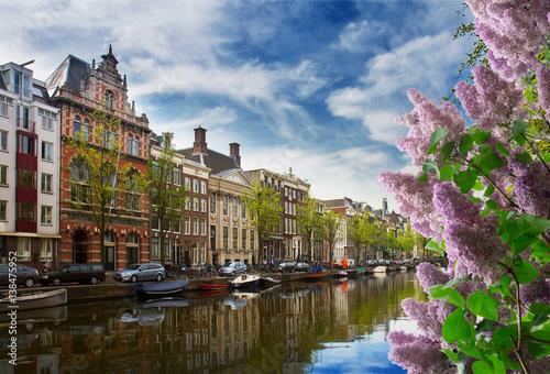 kanal-w-amsterdamie-w-sloneczny-dzien-z-kwiatami-bzu-po-prawej-stronie