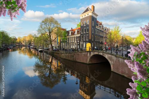 kwiaty-bzu-i-dlugi-kanal-wodny-w-amsterdamie