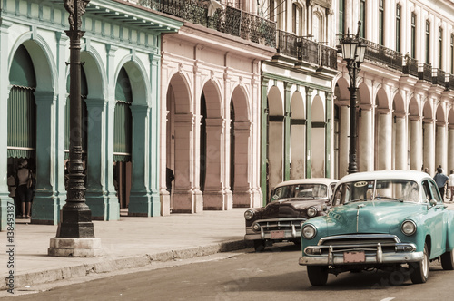 Foto op Aluminium Havana Havanna, Kuba / Reiseziel, alte Autos in der Altstadt von Havanna, Kuba.