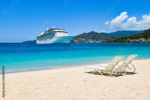 Foto op Plexiglas Caraïben Cruise ship in Caribbean Sea with beach chairs on white sandy beach. Summer travel concept.