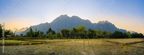 Foto  Panorama sunset behine the mountain at Vang Vieng, Laos