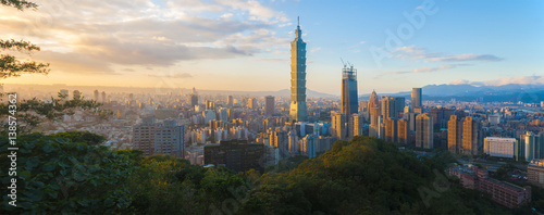 Photo  Panorama of Taiwan city skyline at sunset