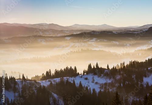 rano-w-zasniezonych-gorach-z-mgla-w-dolinie