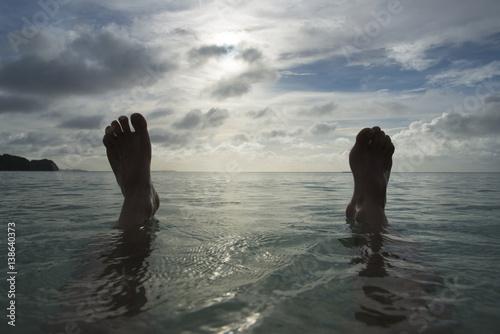 Fotografie, Obraz  海と空と足