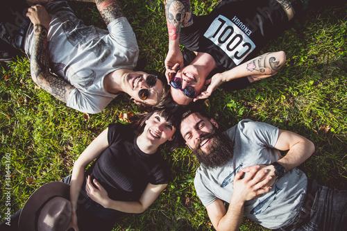 Photo Portraits d'un groupe de jeunes Hipster allongé dans l'herbe