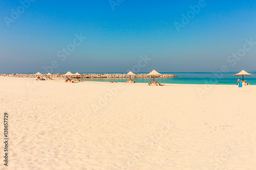 Photo  Panoramic view on nice Al Mamzar beach in Dubai, UAE