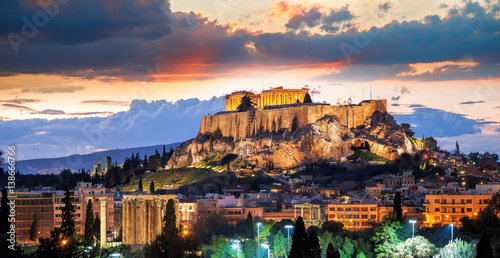 Photo Stands Athens Acropolis with Parthenon temple against sunset in Athens, Greece