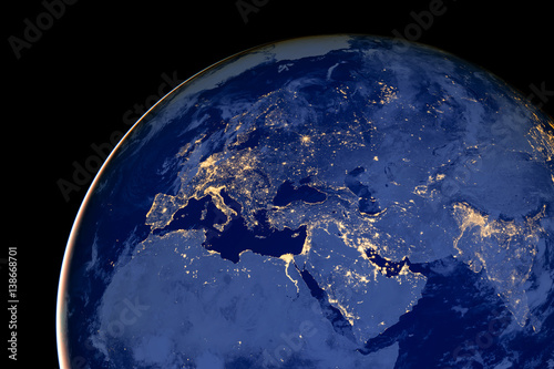 Plakat Europa i Północna Afryka nocą - elementy tego obrazu są dostarczane przez NASA