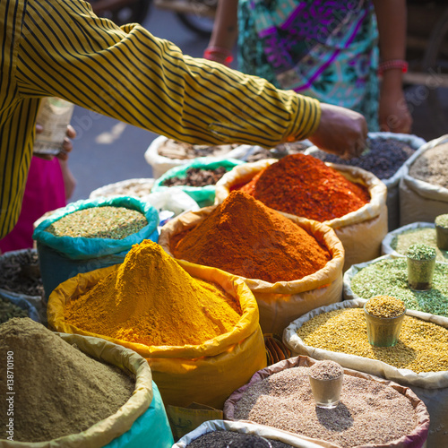 Staande foto India Colorful spices powders and herbs in traditional street market in Delhi. India.