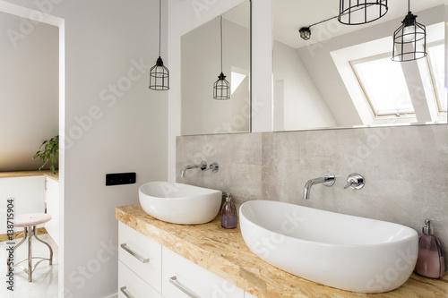 Fotografia  Minimalist bathroom with two sinks