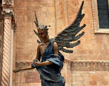Statue Des Erzengels Michael Vor Dem Dom Santa Maria Matricolare In Verona