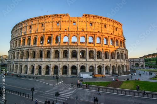 Zdjęcie XXL Niskiego kąta widok Colosseum Amphitheatre w Rzym przeciw niebieskiego nieba tłu.